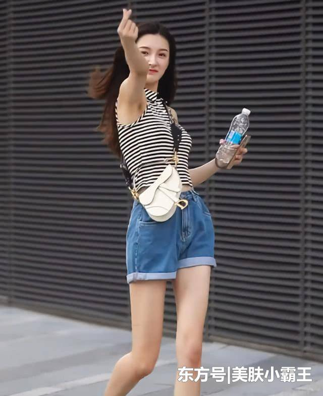 <b>街拍女神:青春活泼的穿着,才是20岁女孩该有的样子</b>