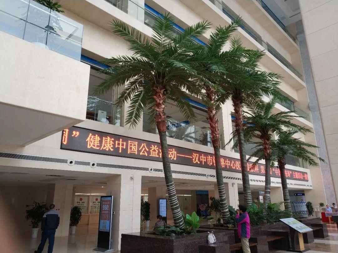 """作为全国   所义诊医院之一的汉中市铁路中心医院皮肤科陈少宁团队,9月25日上午在医院一楼门诊大厅开展了""""健康中国行,战"""