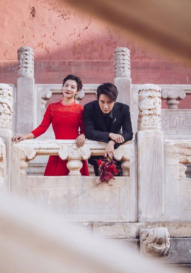 刘璇微博晒与老公王�|结婚照 配文:今天~十八年!网友直呼太甜蜜了!