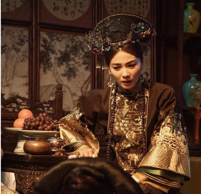 刘涛清装造型曝光,被拿来与老戏骨比较,却难摆脱贤妻人设