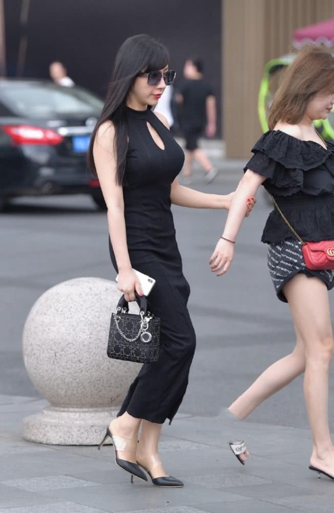 """街拍美女:成熟的小姐姐穿""""黑色美裙"""",贵妇的时尚气质一览无遗插图(3)"""