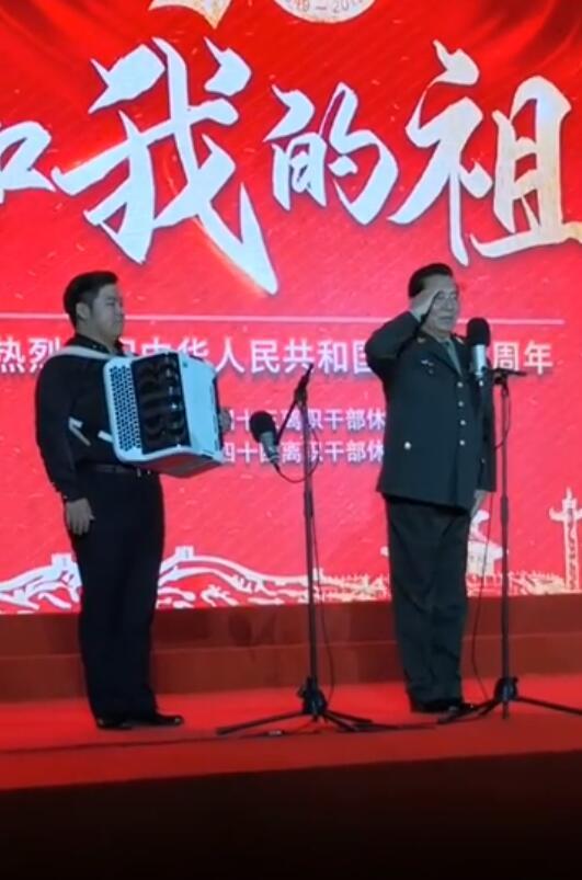 80岁李双江近照流出,登台表演向观众敬礼,身姿挺拔不显老