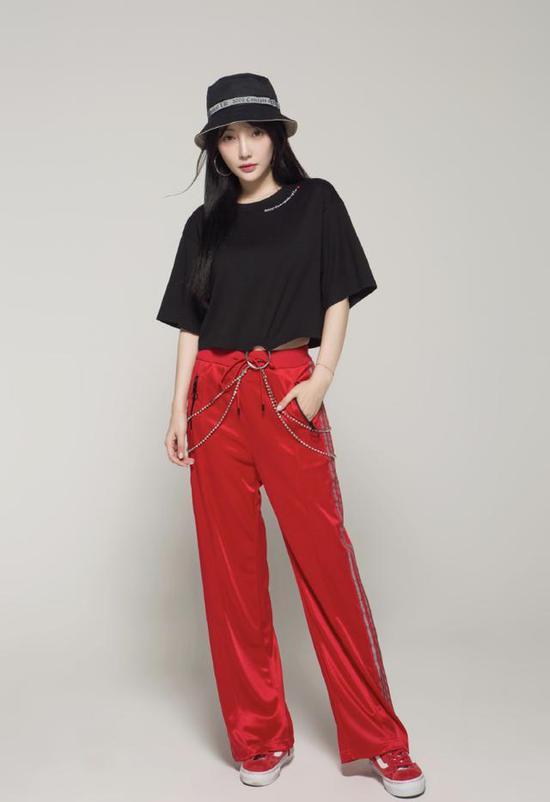 李小璐网店被曝一晚卖出835件服装 营业额达12万