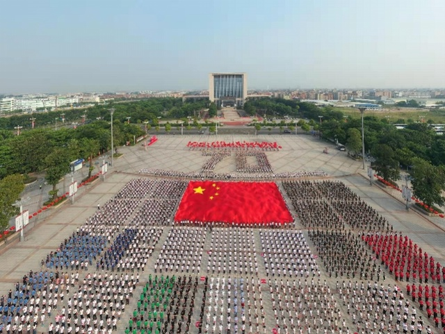 东莞30X20米巨幅国旗震撼亮相,万人高歌颂祖国MV即将发布