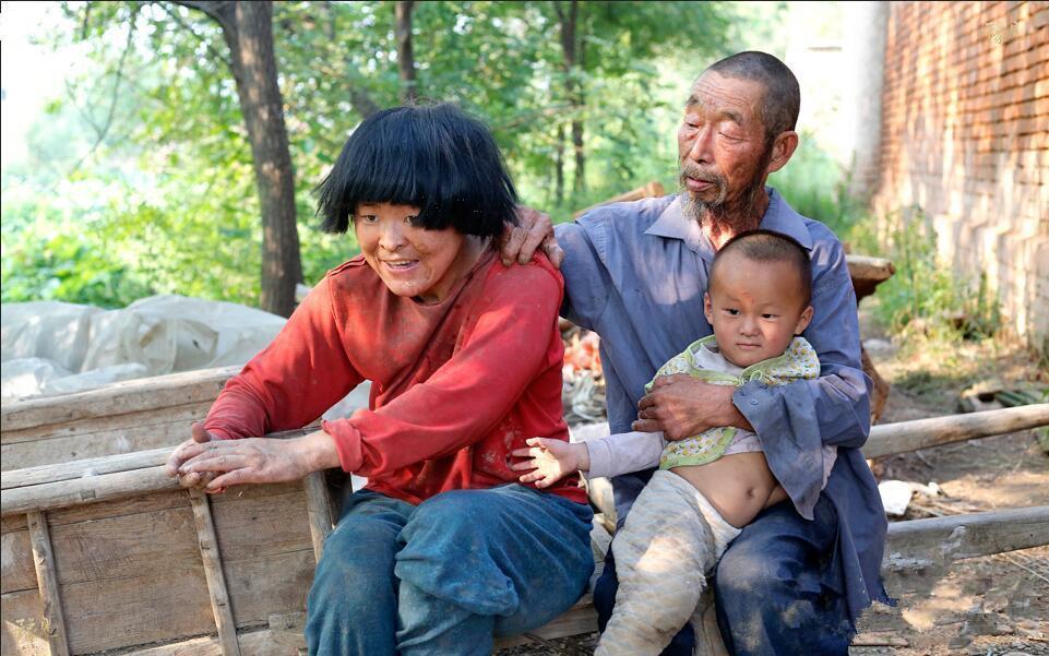 七十岁老汉娶疯女,孩子只能绑在家里,现在又怀了二胎