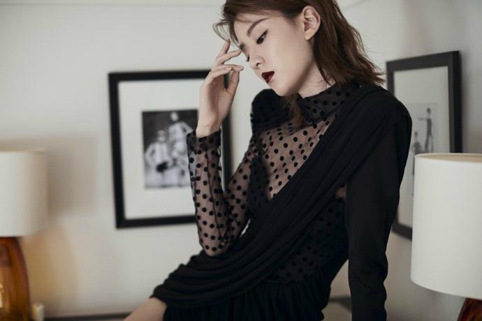 乔欣尝试暗黑风格 黑唇搭配性感小黑裙气场全开