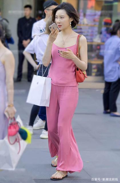 """<b>街拍美女:偶遇""""粉色萝莉""""小姐姐,气质高雅,显白又减龄!</b>"""