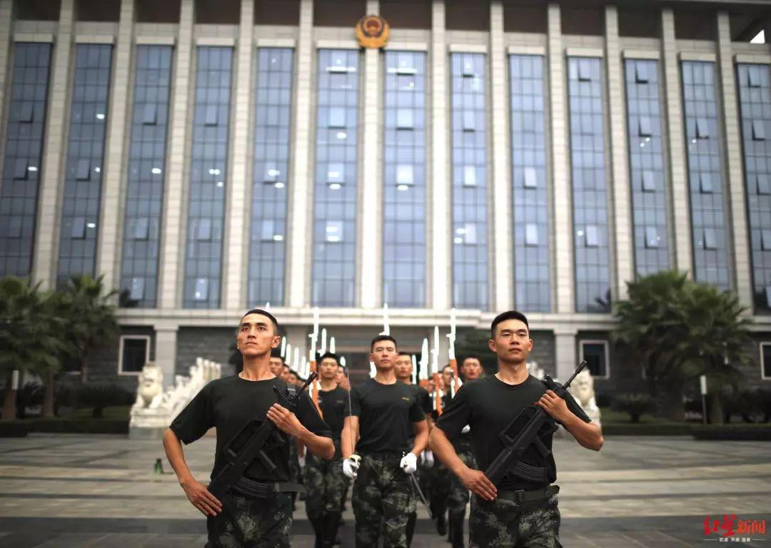 快讯!成都天府广场10月1日早上7点50分举行升旗仪式