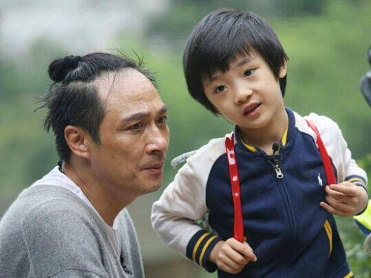 吴镇宇为儿子费曼庆祝11岁生日,妈妈王丽萍罕见出镜,温柔漂亮