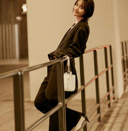 出道十年,郑爽才第一次去时装周,时尚界是不是亏欠她太多了?