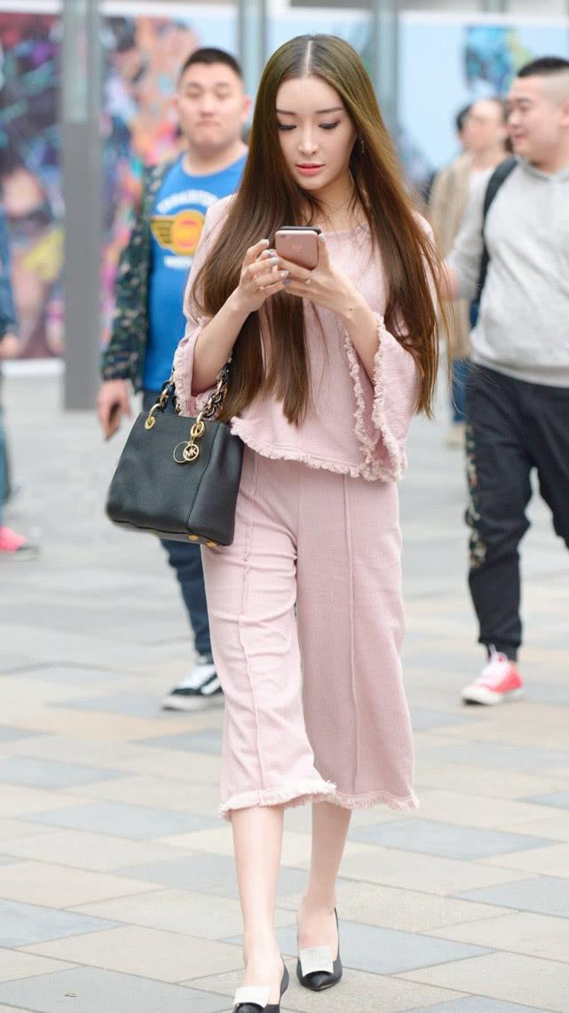 街拍美女:淡粉色民国风套装,甜美优雅,尽显气质女神的温婉端庄插图(2)