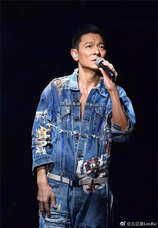 林俊杰为刘德华庆生,现场和万人合唱生日歌,追星姿势惹粉丝共鸣