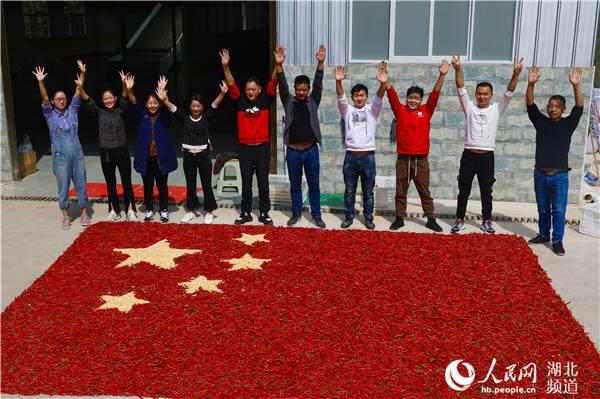 湖北鹤峰:红辣椒、玉米拼国旗喜迎国庆