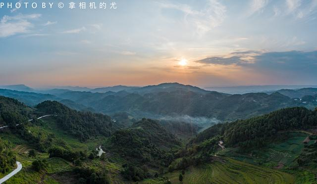 十年拓荒梦想,重庆一处荒山竟变彩色森林,十一不挤洪崖洞,去打卡网红新地标