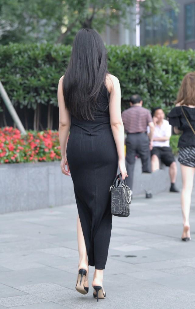 """街拍美女:成熟的小姐姐穿""""黑色美裙"""",贵妇的时尚气质一览无遗插图(2)"""