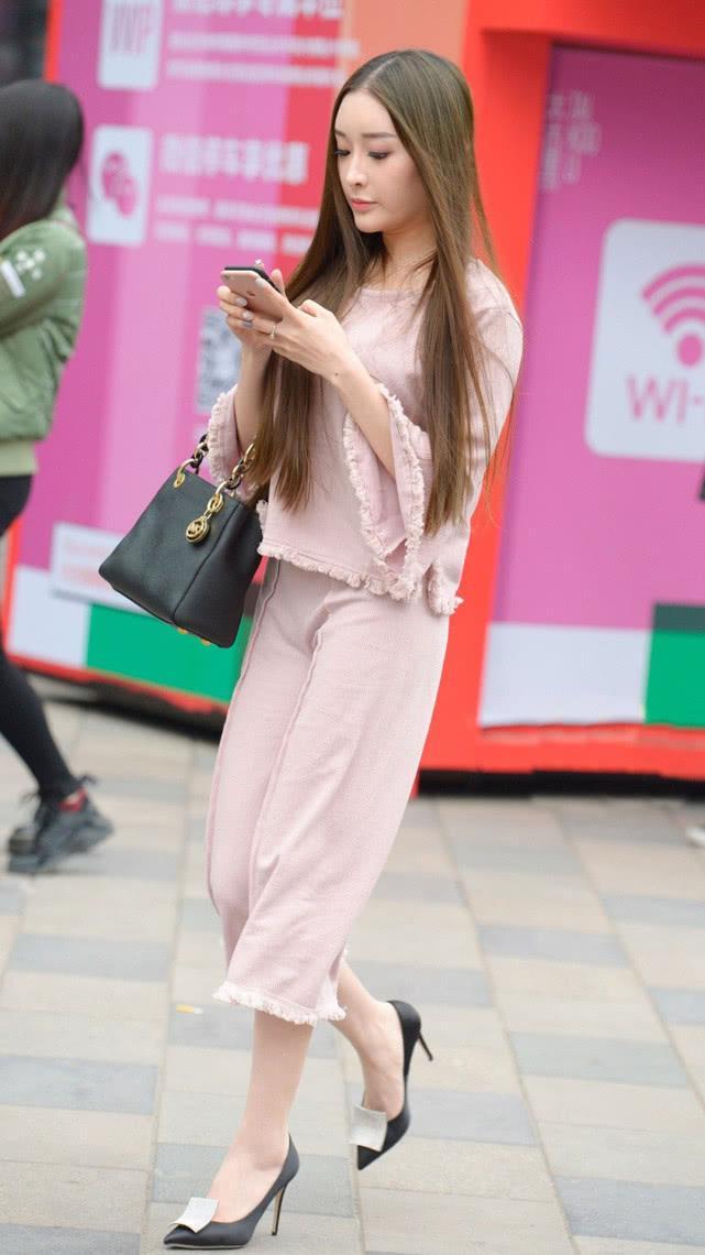 街拍美女:淡粉色民国风套装,甜美优雅,尽显气质女神的温婉端庄插图(1)