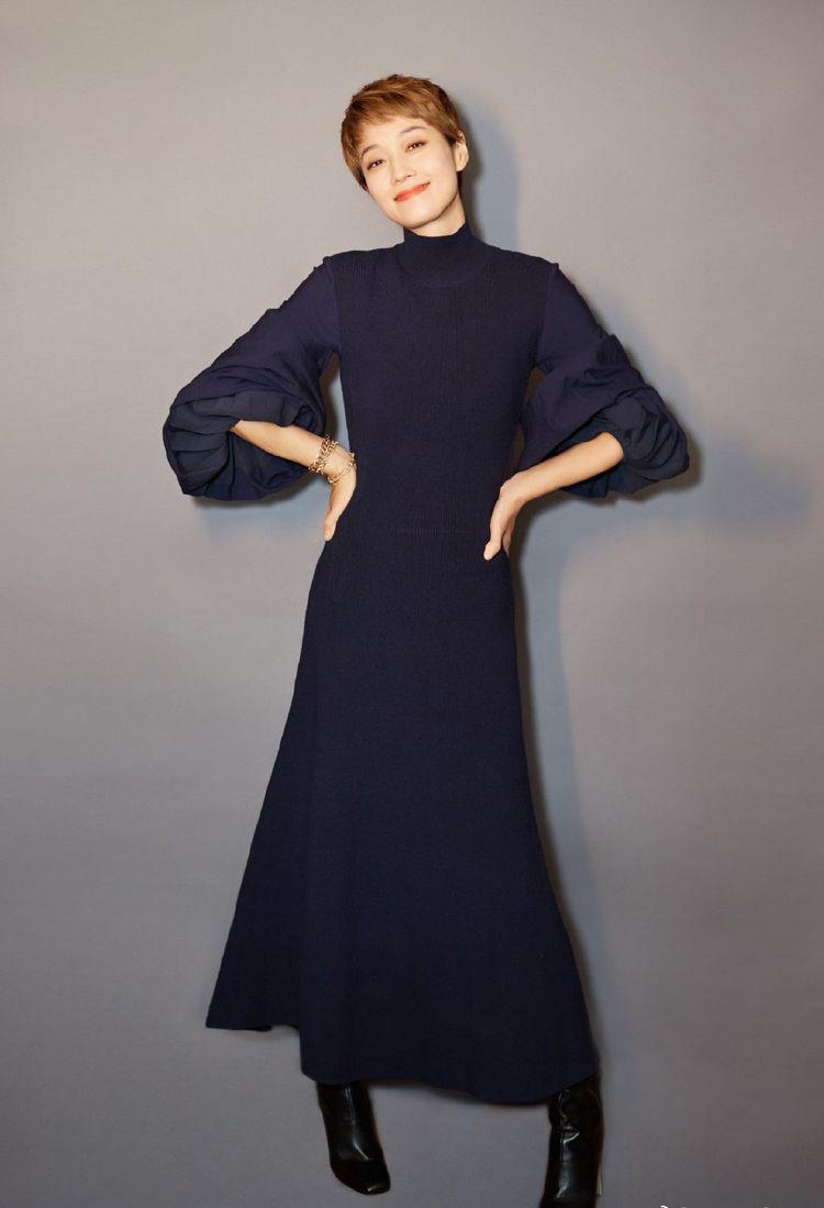 马伊琍气质真好,穿针织连衣裙优雅自信,活成单身女人最美的模样