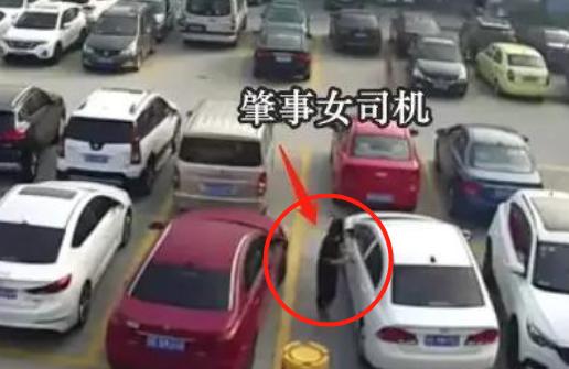 绝对是马路杀手!女司机倒车出库,反复撞旁车4次,最后扬长而去
