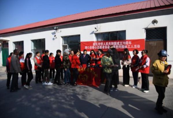 内蒙古磴口县暖心志愿者为园林工人送去百余双暖心鞋和鞋垫