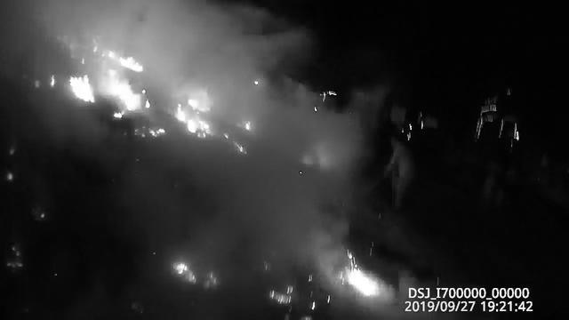 長江江提旁邊枯草燃起明火,黃岡派出所民警及時救火保平安