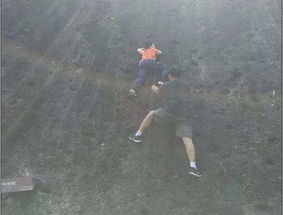 神吐槽:11岁男孩徒手攀爬被困半空中,鼓励孩子运动也该量力而行!