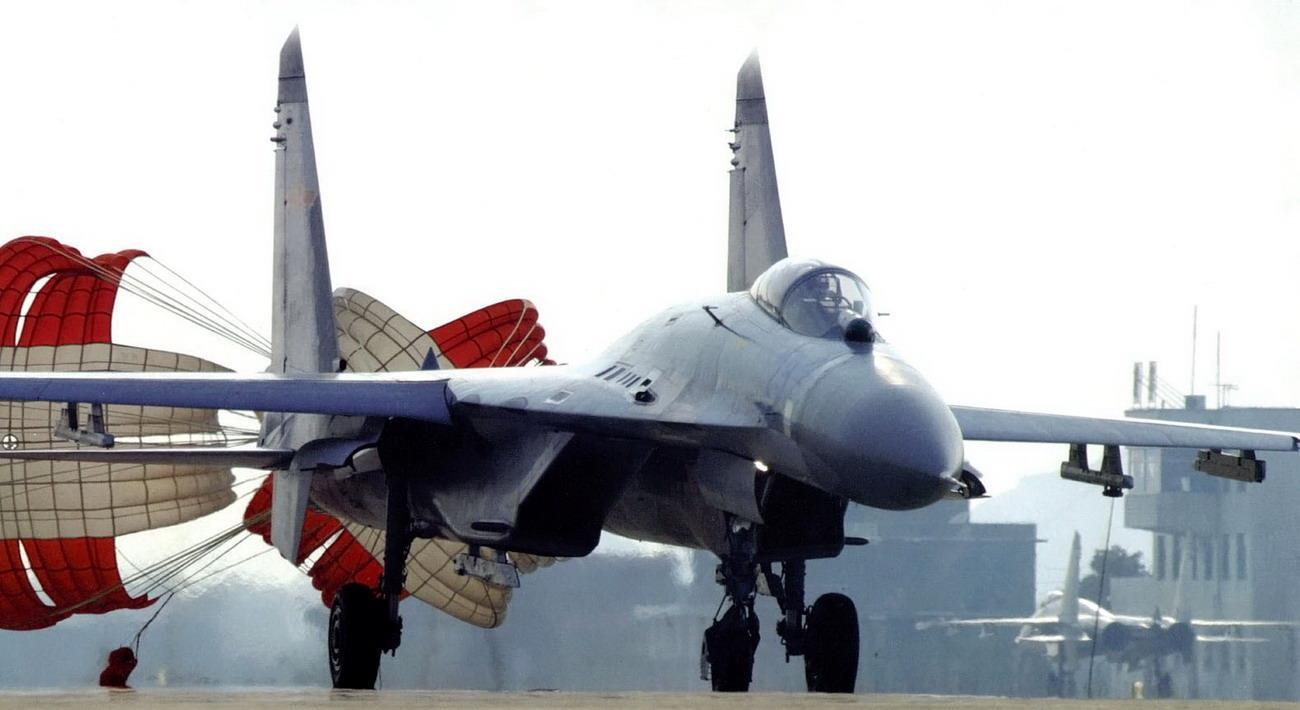 为什么中俄战机,降落时用的都是减速伞,美国战机却不用?