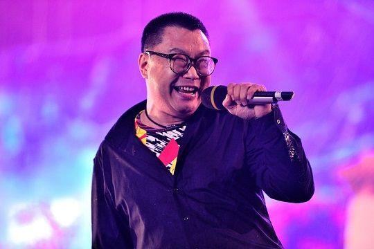 50岁尹相杰近照曝光,依然唱歌为生,和谢东录制歌曲为祖国庆生