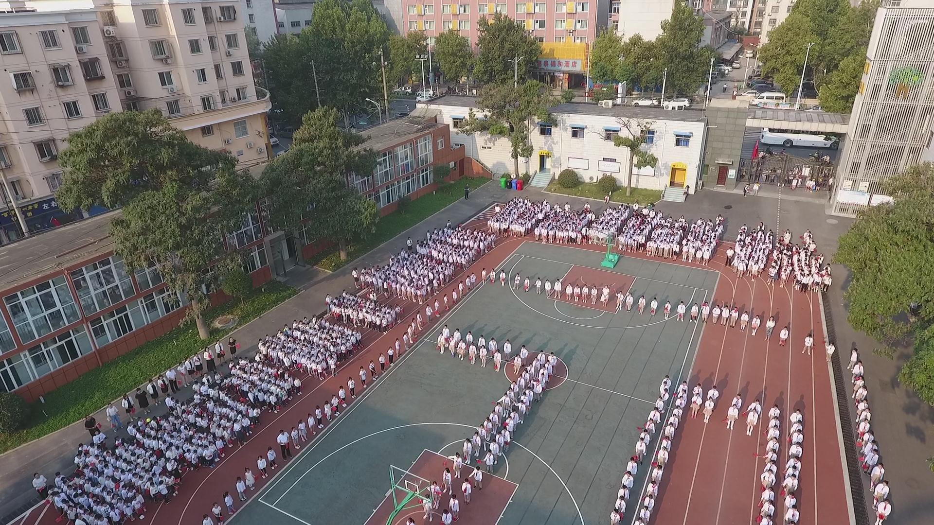 """中原区秦岭路小学隆重举行""""五星红旗 我为你自豪""""主题教育活动"""