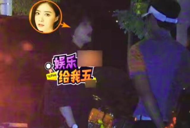 蒋欣与靳东夫妇聚餐,短发显俏皮双下巴抢镜,喝酒姿态豪迈十足