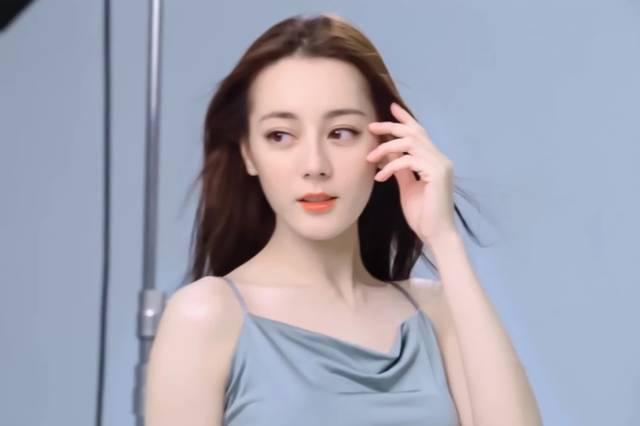 女神迪丽热巴新剧路透太美,也证明了她更加适合现代剧插图(1)