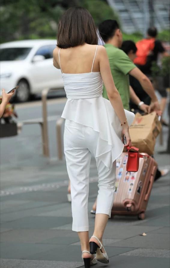 街拍美女:小姐姐白色吊带配白色西装裤,简约百搭彰显个性与独特插图(2)