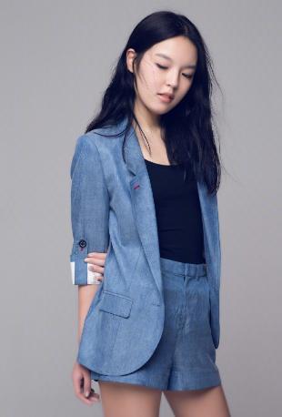 李咏17岁女儿考大学,西装美照曝光,尽显成熟气质优雅