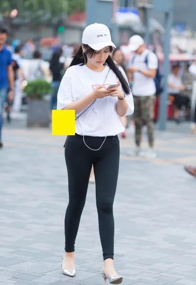 街拍美女:瑜伽裤+高跟鞋,小姐姐经典黑白配时尚又养眼!插图(1)