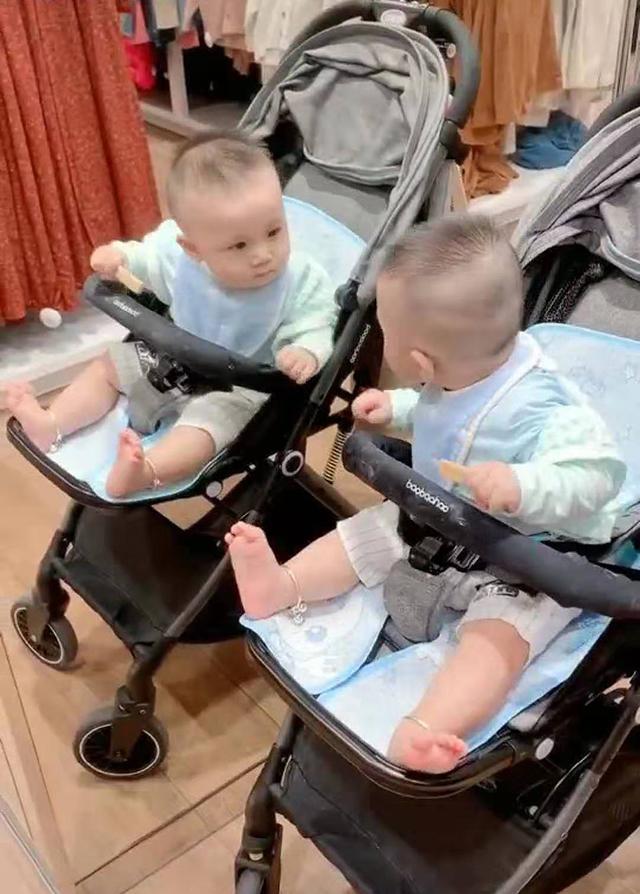 寶寶被鏡中的自己吸引,呆萌表現笑翻網友:兄弟,幹了這根磨牙棒