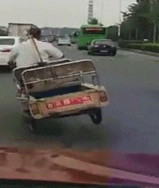 搞笑GIF圖:有猴哥在,老子是都不怕