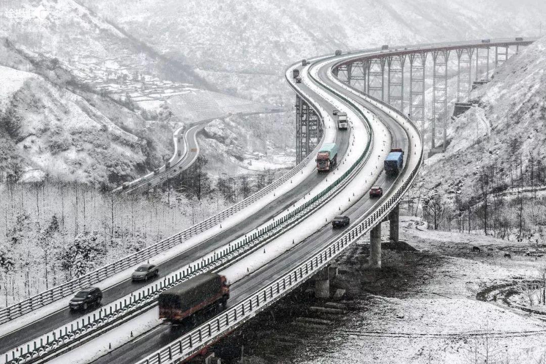 """四川""""天梯高速""""雪景."""