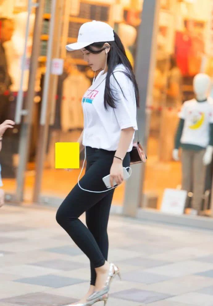 街拍美女:瑜伽裤+高跟鞋,小姐姐经典黑白配时尚又养眼!插图(4)