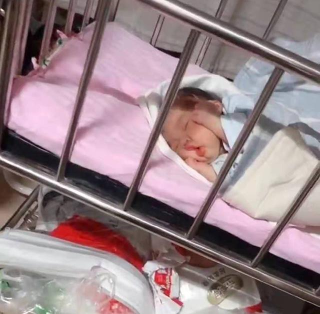 媽媽聲稱自家寶寶睡覺不忘賣萌,網友看後心服口服:全網最萌睡姿
