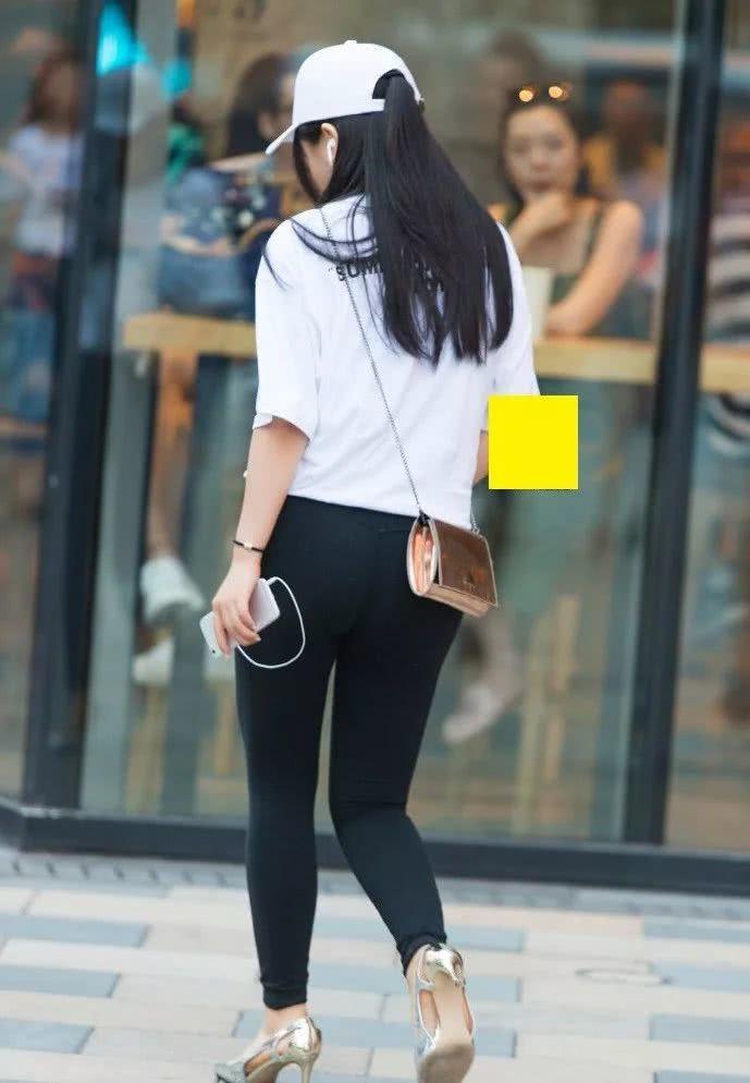 街拍美女:瑜伽裤+高跟鞋,小姐姐经典黑白配时尚又养眼!插图(2)