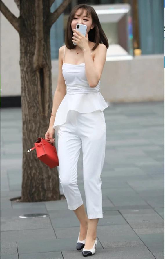 街拍美女:小姐姐白色吊带配白色西装裤,简约百搭彰显个性与独特插图(3)