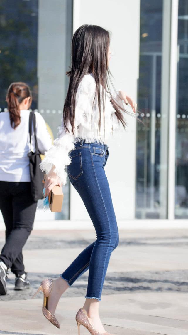 街拍美女:个性羽毛上衣,搭配紧身牛仔裤,苗条身材专属穿搭插图(3)