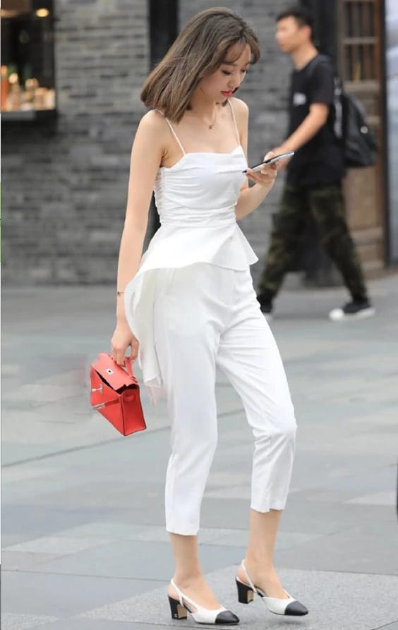 街拍美女:小姐姐白色吊带配白色西装裤,简约百搭彰显个性与独特插图(1)
