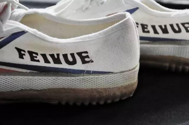 """""""飞跃""""的历史可以追溯到上世纪二三十年代,   它的前身是上海胶鞋一厂,   而上海胶鞋一厂的前身则是大孚橡皮工厂,   大孚橡皮工厂1931年诞生,   50年开始加工解放鞋,   呢d鞋超级结实,去打仗都系着住佢哋."""