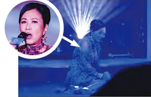 72岁汪明荃演出不慎摔倒,表情痛苦仍立刻爬起献唱