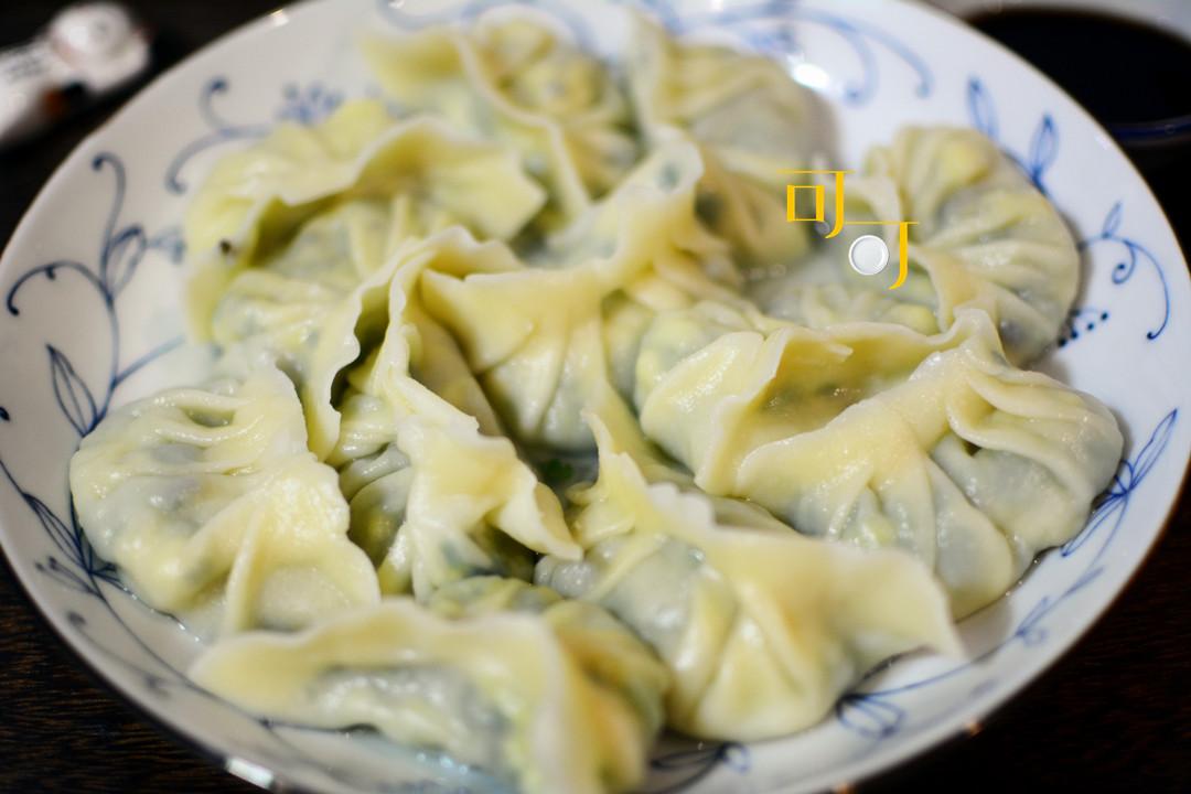 这饺子太香了,用韭菜鸡蛋木耳虾皮做馅,我一个人吃了两大盘!