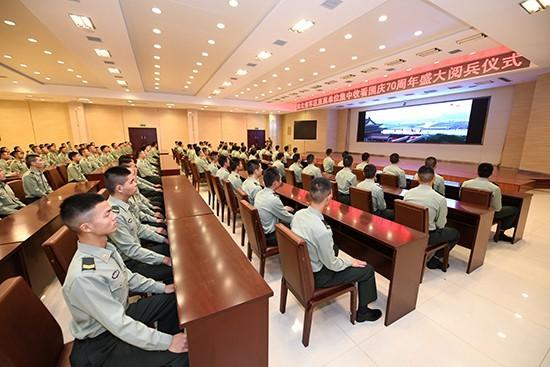 神州沸腾!新中国成立70周年庆祝活动引发各地强烈反响_阅兵式