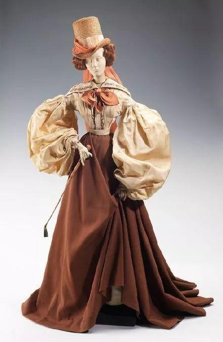 责 :   复古长裙和礼服怎样画?