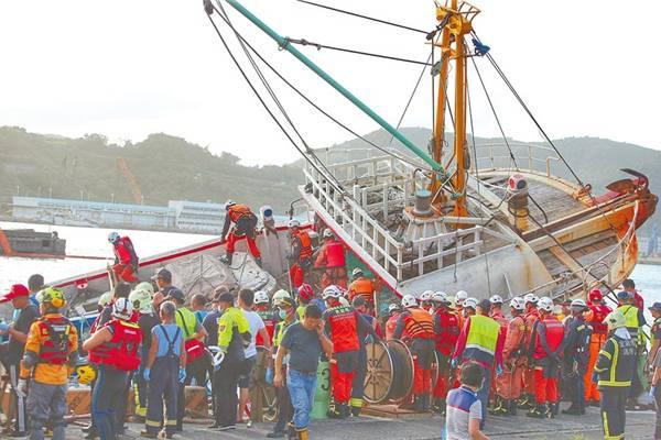 台湾大桥崩塌现场:现场车翻桥塔  宛如灾难片  祈福平安