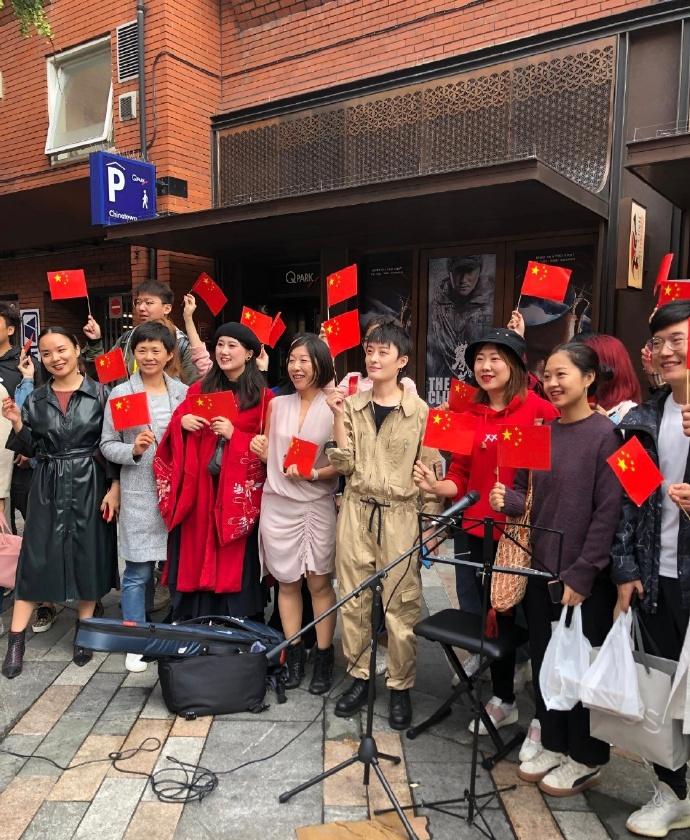 曾轶可现身伦敦街头,与留学生一起高唱《我和我的祖国》