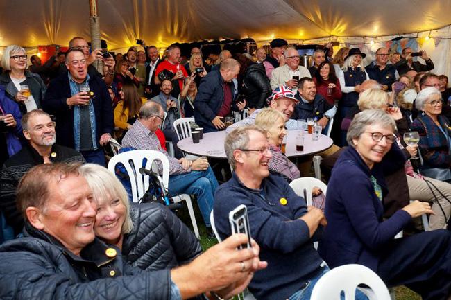 """英酒吧老闆組織432名""""奈傑爾""""聚會 打破世界紀錄"""
